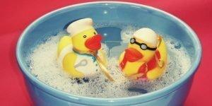 Clean hot tub wtaer